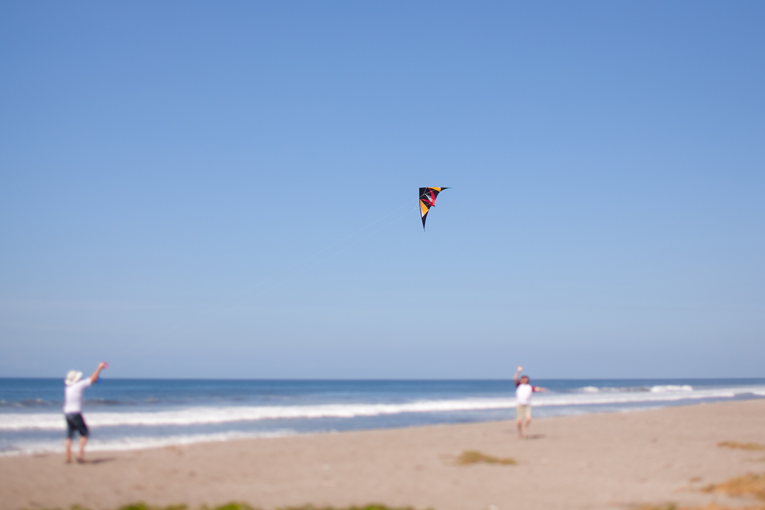 Toronto Photographer : flying a kite on the beach in Nicaragua
