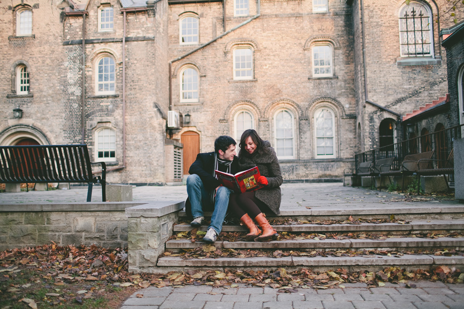 Toronto Engagement Photographer : couple reading book